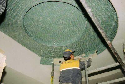 Поклейка мозайки на потолок