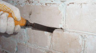 Стамеской удаляются остатки старого раствора