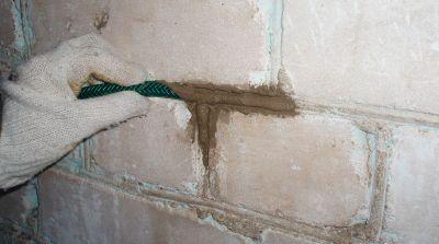 Расшивка швов шлан обрезком шланга для полива