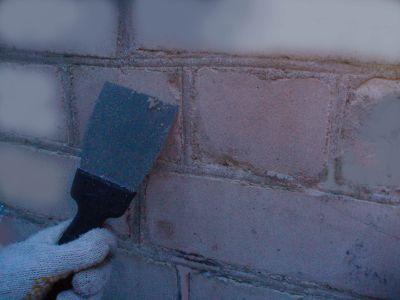 Когда высохнет новый раствор, удалите его остатки со стены