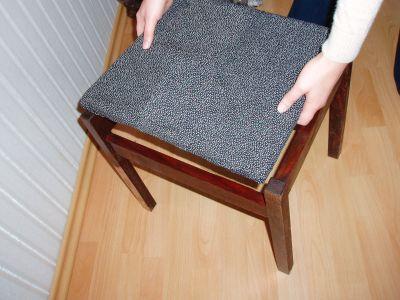 Вставка сиденья в рамку стула