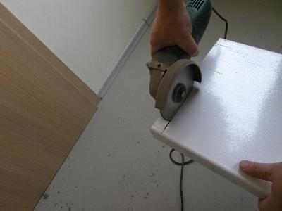 Нарезаем подоконник по выполненным замерениям