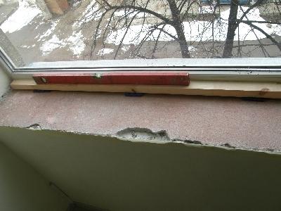 Подоконник выравнивается при помощи ватерпаса вдоль и поперек окна