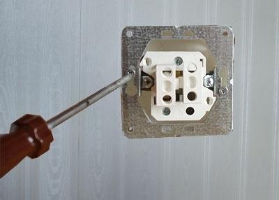 Другие модели выключателей можно прикрутить к коробке через отверстия в металлической пластине